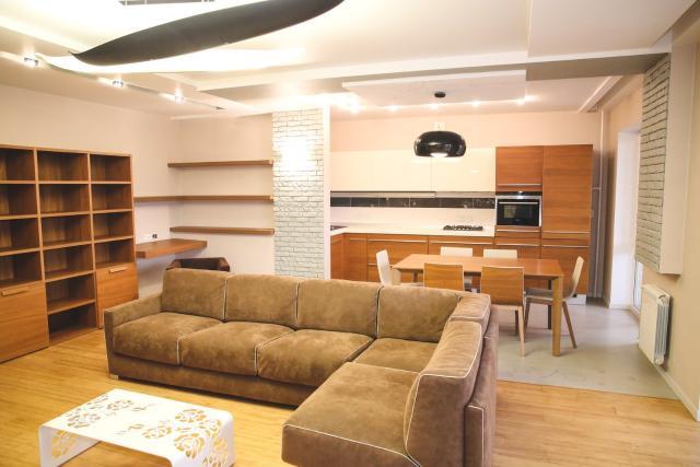 Выставлена на продажу шикарная 3-комнатная квартира в самом центре города Якутска, площадью 100,6 кв.м, 2008 года постройки, идеальное месторасположение, развитая инфраструктура, все в шаговой доступности,современный ремонт, удобный средний этаж, великолепный вид на город с разных сторон, просторная лоджия с панорамными окнами, высокий потолок, санузел совмещенный, с отдельной постирочной, система кондиционирования по всей квартире, встроенная гардеробная, отдельная кладовая на этаже!Вся мебель-материалы Италия! В квартире никто не жил! Классический интерьер квартиры дает новому жильцу индивидуальный стиль! В подарок покупателю, вся мебель и техника! Помощь в оформлении ипотеки, сопровождение сделки от начала до конца!