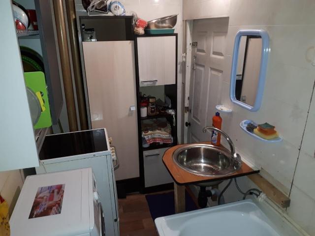 """В  продаже комната 12,3 кв м со своим санузлом 4 кв м. Мебель, вся сантехника, холодильник, стиральная машинка, все новое и все остается. В комнате подключён вай-фай, установлена металлическая дверь, пластиковое окно. Дом после капитального ремонта. Вариант """"Заезжай и живи""""."""