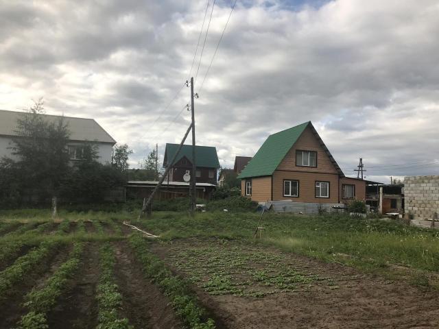 Полностью благоустроенный дом, отопление центрального,свет, участок 26 сот, хороший плодоносный огород, рядом ручей, соседи все приличные, зимуют, на участке есть старые постройки.