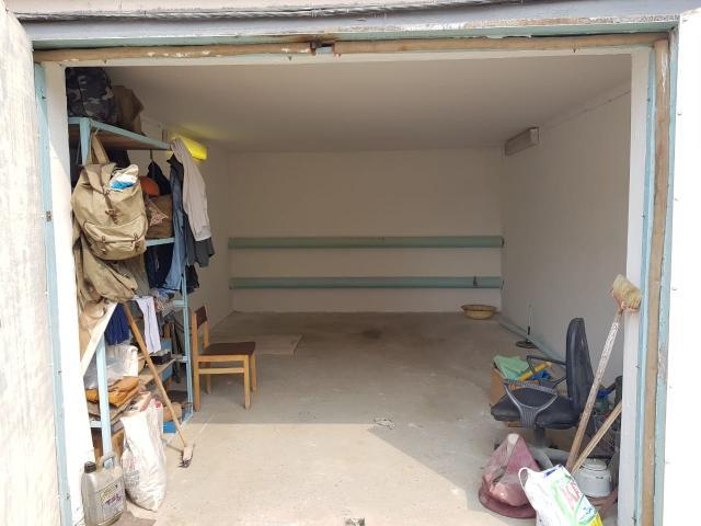 Продается просторный гараж в кооперативе. Гараж чистый и ухоженный, имеется большое подполье. Документы готовы к продаже.  Отличное предложение для жителей 202,203 мкр под собственный автомобиль или бизнес. Цена располагает к покупке