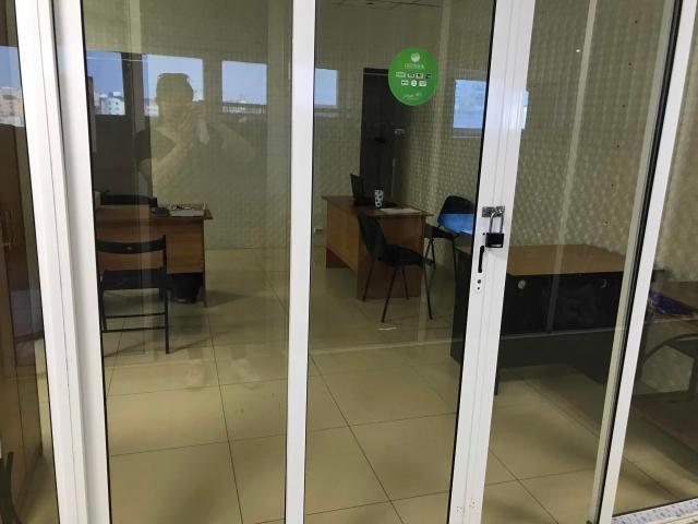 Срочно сдаю рабочее место в офисном помещении, предоставляется рабочий стол и стул, шкаф.