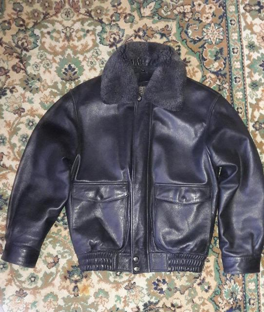 Куртка почти новая , состояние идеальное .  Очень удобная , можно носить до декабря почти. Есть подклад из авчины , при ненадобности снимается .