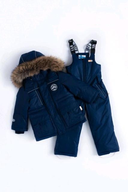 Классический зимний пуховый костюм Нельс (куртка+полукомбинезон. Размер 134. *Высокопрочная мембранная матовая ткань *Водонепроницаемость/воздухопроницаемость 5000/5000 *Верхняя ткань позволяет легко смывать грязь влажной тряпкой, не прибегая к частым стиркам. *Наполнитель в куртке и полукомбинезоне - белый утиный пух 80%/20% *Капюшон, со съемным натуральным мехом (енот) *Регулируемые кулиски на капюшоне, талии и внизу куртки, для снего- и ветрозащиты *Внутренняя часть ворота и планки отделаны мягким трикотажем *Фронтальную молнию закрывает внешняя и внутренняя планка *Пять внешних карманов на куртке и два на полукомбинезоне *В рукавах внутренняя ветрозащита из мягких трикотажных манжет. В полукомбинезоне регулируемые по длине лямки-подтяжки из эластичной рeзинки Nels *Проклеенный центральный шов *Фронтальную молнию закрывает планка на кнопках *Снегозащитные манжеты в штанинах *Молнии внизу штанин позволяют менять ширину брючины *К штанинам снизу прикреплены моющиеся пластиковые стопперы для ступней *Крепление стопперов на двухуровневых пуговицах и внутренний манжет из основной ткани 10 см на штанинах позволяет менять расстояние на вырост *Много светоотражательных деталей обеспечат безопасность с темное время суток