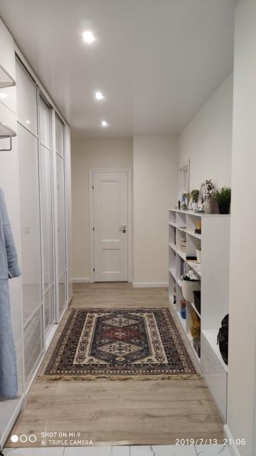 Продается 3-х комнатная квартира с крупной мебелью: 2 санузла с душевой, заселена в декабре 2016 г., свежий ремонт, встроенная кухонная мебель со встроенной бытовой техникой (стиральная машина, посудомоечная машина, духовой шкаф, холодильник, варочная панель: Bosch, Elektrolux, Liebherr, Hansa), встроенный шкаф купе в коридоре, два шкафа-купе в спальнях, две кровати спальные 180*200, 200*200, диван. Балкон обшит, холодный - 4,3 кв.м. 7 этаж, лифт. Возможен обмен с доплатой на меньший вариант 2-3 комн. кв. площадью до 65 кв.м.