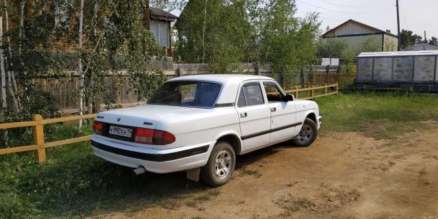 Продаю ГАЗ-3110 2002 года. Прост, надежен, вынослив. Автомобиль ухожен, в одних руках (работала в организации, в 2008 выкуплена в личное пользование водителем, который на ней ездил). Пробег 154 тысячи. Двигатель: карбюраторный 4021, 2,45 л. Экономичный засчет потребления 80 бензина ценой 36 рублей за литр (расходы как на малолитражке, потребляющей 9 литров 92-го за 55 рублей) и резвый засчет высокого крутящего момента (182нм). Расход 12-14 литров в городе. Очень неприхотлив и надежен. Проведена качественная капиталка. Все чеки от запчастей есть. Ходовая: Независимая шкворневая подвеска. Отличная мягкость хода и большая выносливость. Что касается страшилок про шпринцевание после каждого дождя - при личном использовании опытным путем выявлено, что при использовании хороших современных зарубежных смазок данная процедура требуется где то раз в 5000-7000 км. Обьясняется тем, что современные смазки шагнули далеко вперед с советских времен. В комплекте с машиной идет отличный немецкий шприц, который позволяет выполнить процедуру за 15 минут, не замаравшись.  Усиленные рессоры. Трансмиссия: КПП и сцепление исправны. Диск поменян на усиленный Trial. Тормозная система: Спереди японские тормозные колодки и диски. Новые задние тормоза. Рулевое: Перебрана и смазана рулевая трапеция и рулевой механизм.  Кузов: крепкий, есть жизненные огрехи, присущие авто этого возраста, критических изъянов нет. На фото все видно.  Салон: В отличном состоянии, не курили. Утеплен. Есть подогрев сидений. Акустика pioner, магнитола читает USB и SD.  Документы:  В порядке. СТС, ПТС. А так же: - Новая хорошая летняя резина Cordiant Road Runner. - Радиатор промыт и проверен на герметичность. - Масла и жидкости поменяны везде (двигатель, коробка, мост, редуктор, маятник рулевого, шкворни прошприцованы). - Поменян радиатор печки (волговоды оценят масштаб проделанной работы). - Установлен котел 220. Торг реальному покупателю при осмотре. Авто без подвохов и не требует вложений.