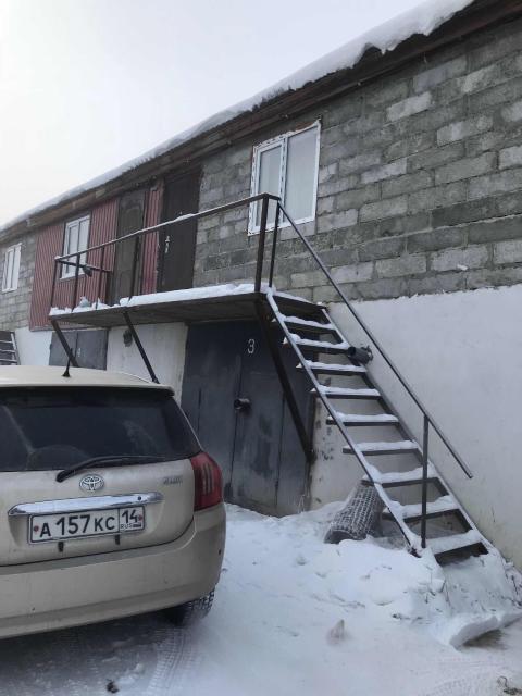 Очень выгодное предложение: гараж +. квартира за 1млн300! Идеально подойдет для бизнеса так и для жилья! Срочно продам каменный теплый гараж с центральным отоплением 27квм на 1 а/м с теплой студией-квартирей наверху, студия с ремонтом и мебелью, ч/б : раковина, унитаз, вода привозная емкость 1куб, септик 2 куба. Гараж в собственности, землю можно оформить при желании. Только наличный расчет, торг возможен.