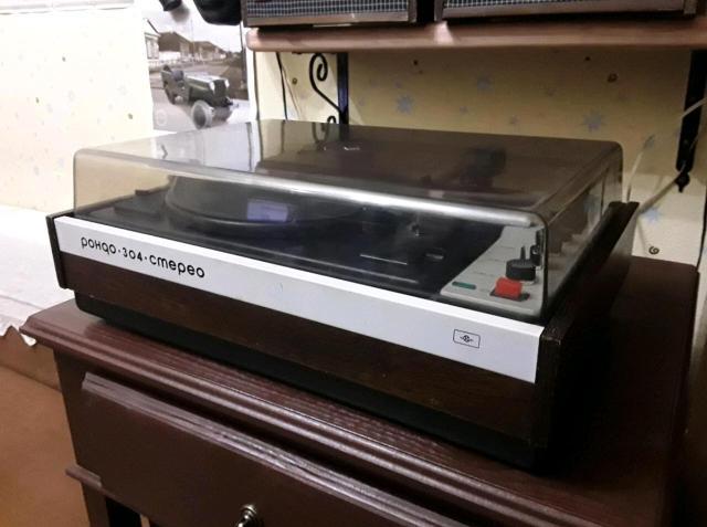 Электрофон РОНДО-304-стерео, дата выпуска: май 1986 года. С родными акустическими колонками.  ЭПУ на трёх скоростях 33/45/78 что позволяет проигрывать все виниловые и патефонные пластинки. В отличном рабочем состоянии. В подарок 10 виниловых пластинок.