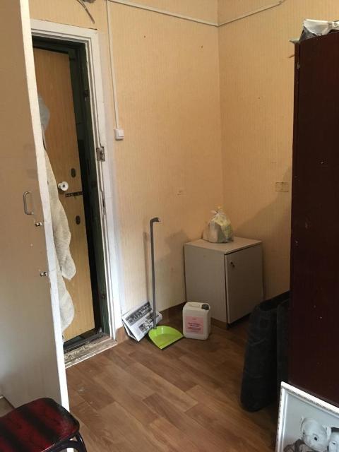 Продам комнату в секционном общежитии на 2 этаже, в районе Грес, за 880000 тр,  туалет, душ на 4 комнаты, с мебелью. окна выходят во двор. Окна стеклопакет, железные двери. тел.89141177373