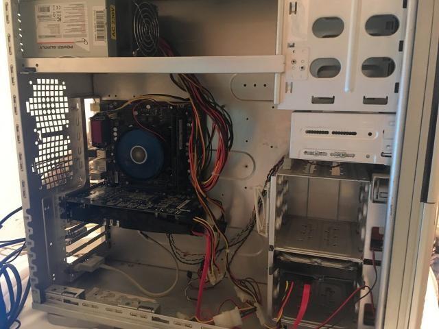 Процессор Core i3 2120 Socket 1155, 2 ядра, 4 потока, 2 поколение Матплата MSI H61M-P21 Socket 1155 Оперативная память 8ГБ двухканал (2х4GB) Видеокарта 1ГБ Radeon 6850 Sapphire Жесткий диск 320GB Корпус Thermaltake старенький с БП 500W Монитор 20 дюймов LG Faltron Клавиатура, мышь. Из минусов: отсутствует заглушка материнской платы  Компьютер для нетребовательных игр, поменяв процессор и видеокарту можно играть в современные игры.