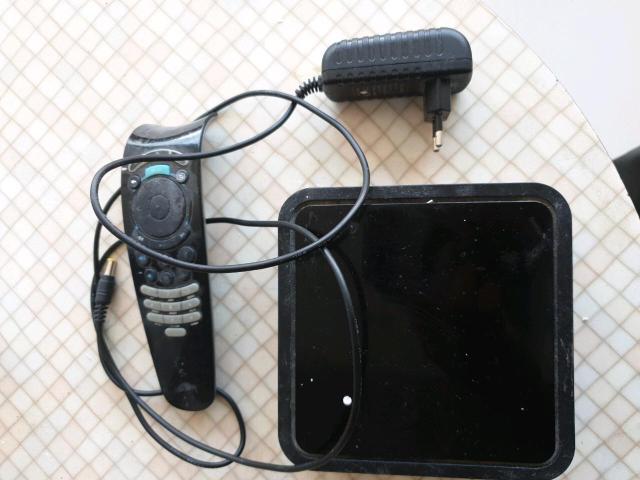 Цифровая телевизионная приставка, оптимизированная для услуг от Ростелекома. Устройство производятся компанией Smartlabs по специальному заказу провайдера. Именно поэтому на корпусе пристави размещен логотип РТК. Состояние хорошее, в комп, пульт, бп. Шнур