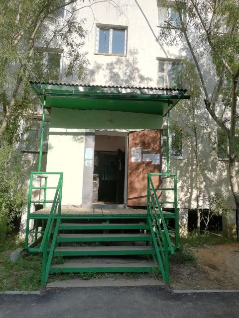 Продается 3-х комнатная квартира в центре города Якутска. Площадь 72 кв.м, , 1992 года постройки, этаж 3 из 5, средний подъезд, балкон застеклен, стеклопакеты, трубы заменены, газ, окна на две стороны. Домофон, отличные соседи, тихий уютный спокойный район.В подъезде сделан ремонт. Ст.машина автомат в подарок.  89246617645, 713-622