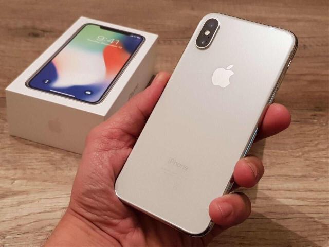 Не спеша продаю iPhone X Silver 64 Gb. Состояние отличное, по корпусу и стеклу ни единой царапины все функции работают отлично, единственный минус маленькое пятно (битый пиксель) на экране, на работу никак не влияет, в связи с чем цена снижена. Полный комлпект, покупался меньше года назад. Торга и обмена нет.