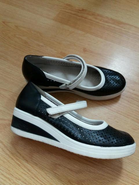 Продаю туфли 34 р. Фирмы Betsy, заказывали по интернету.  В хорошем состоянии. Очень легкие с перфорацией, ножки не потеют, подойдут для смену и в школу, платформа 4см. К/т, ватсап : 89142897190