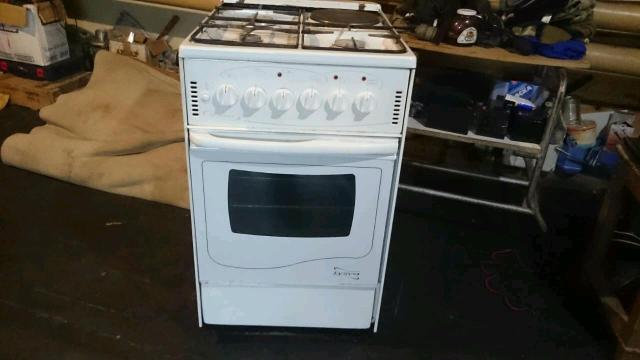 Комбинированная газовая плита с электрической конфоркой и духовкой. В отличном состоянии.