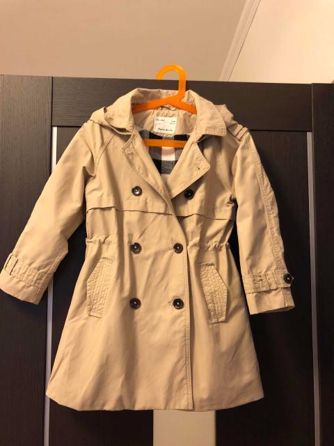 Двубортный бежевый тренч с капюшоном, Zara, размер 122 см, состояние отличное. Имеется кулиска, хлопковая подкладка, 2 кармана. Качество хорошее. Куплен за 2999