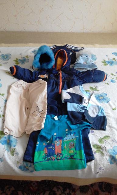Продам комбинезон: осень- весна, две шапки и другие чистые вещи в хорошем состоянии, на мальчика примерно 1 год.