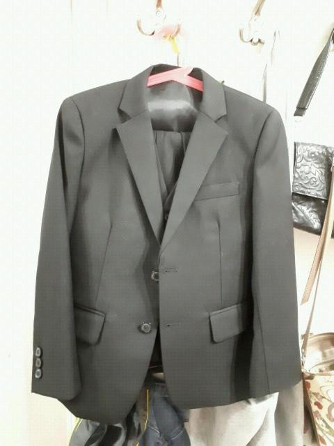 Продам черный костюм тройка. В отл.состоянии, одевали только брюки на утренники. Рост 116-122 см.