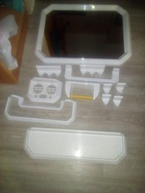 Зеркало для ванной в пластмассовой оправе (цвет серый в крапинку) с набором  приспособлений для ванной: крючки для полотенец, полки, держатели разные.