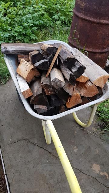 продаю дрова (полено) район Сергеляха 5-6 для разовой топки бани, дома, для шашлыков и т.д Стоимость указана за 30 штук. За день предупреждайте, сколько нужно пордготовить
