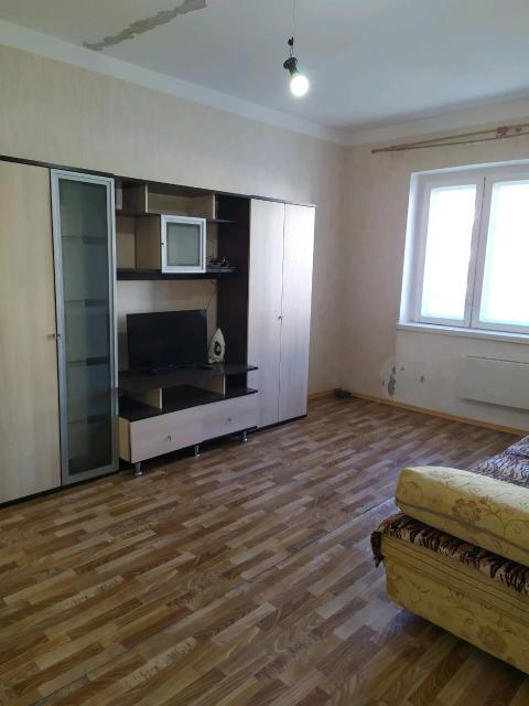сдаю 1 комн кв  в центре на длительный срок,мебель,бытовая техника,оплата ежемесячно 23 тыс + счетчики газ,вода,свет.