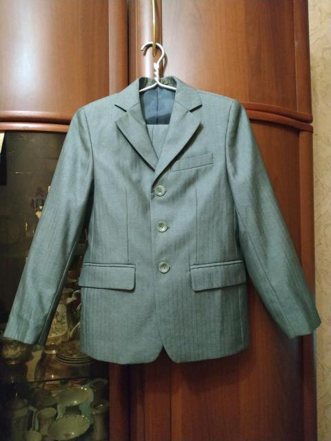 Костюм двойка(пиджак и брюки) для мальчика в отличном состоянии, на рост 128, цвет серый. Самовывоз с района Ростелеком.