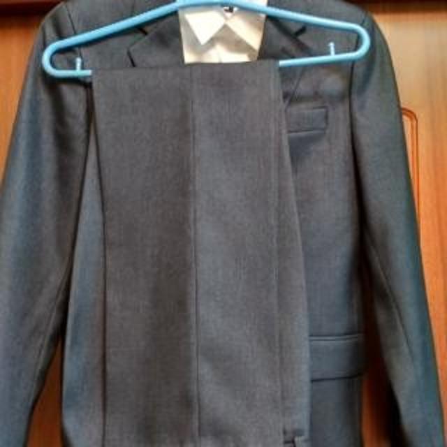 Качественные вещи - костюм и 2 белые рубашки. Костюм рост 164 -170 (цвет чёрно-синий, темный, на фото освещение осветляет), Рубашки рост 158 и 164 (ворот 36 и 38). Вещи б/у, но отличное состояние. За все вместе 1000 рублей.
