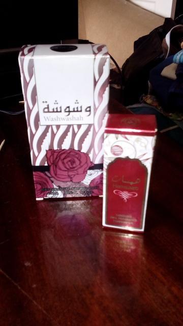 Продаю туалетную воду Washwashah 50 мл произв-во ОАЭ, плюс духи роликовые масляные Hamsaat 10 мл пр-во ОАЭ( немного пролиты). Запахи похожи, цветочно древесные. Оба за 450 руб