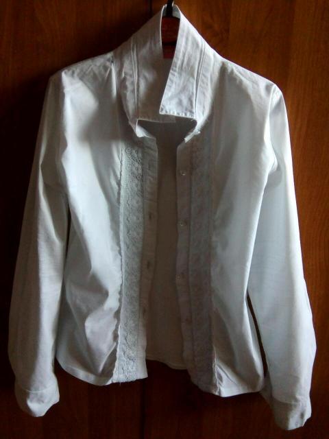 Новая белая блузка для девочки, р.134. Купила дочке и ей не подошла по размеру. Подойдёт на худенькую девочку.