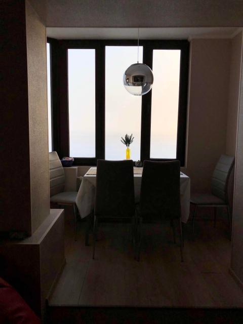 Квартира с отличным ремонтом, в идеальном состоянии, есть всё. Прекрасный вид из окна. Отлично подойдёт молодой семье.