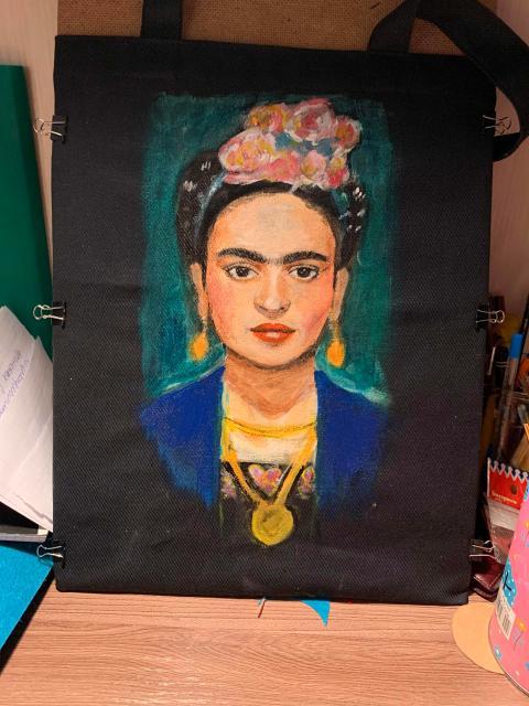 Рисую на заказ портреты, пейзажи и всё что пожелаете, на чём угодно .Можно карандашом, акварелью, гуашью И акрилом. Возможна доставка.