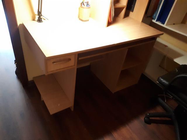 Продаю письменный, компьютерный стол б/у, в хорошем состоянии, в комплекте подставка- полка для письменных принадлежностей