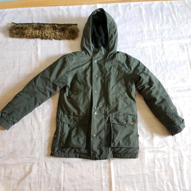 Продаю б/у куртку пуховик Quiksilver 46 размер, наполнитель пух, на правом рукаве есть мелкий дэффект