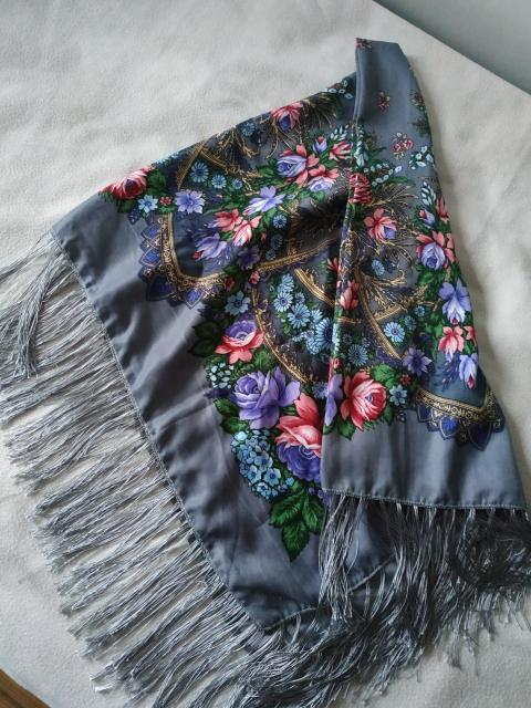 Продается платок красивой расцветки, цена 1000 р.