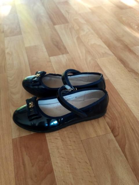 Продаю черные лакированные туфли , подойдут для сменки в школу, размер 32