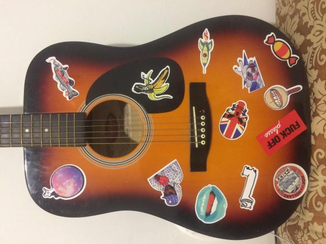 Гитара акустическая STAGG SW201 SB , минус: 1ая струна (Е) отсутствует (струны стоят довольно дешево) наклейки стираются, гитара в хорошем состоянии, не китайская🙌🏼