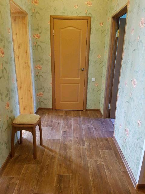 """2х комнатная квартира в каменном 2х этажном доме на 2 этаже в Жатае, """"сталинка"""", площадь 54,6 кв.м, потолки 3.1 м, кухня 10 кв., гардеробная, комнаты не смежные, душевая кабина, стеклопакеты, трубы пластик, счетчики на всё, ремонт сделан. Домофон. """"Заходи и живи"""". Школа рядом в 20 м. Остановка через дорогу. В шаговой доступности магазины, спортивная школа, новый плавательный бассейн. Без долгов и обременений. Очень теплая. Квартира свободна, никто не проживает. Торг уместен. Рассмотрим все варианты оплаты."""