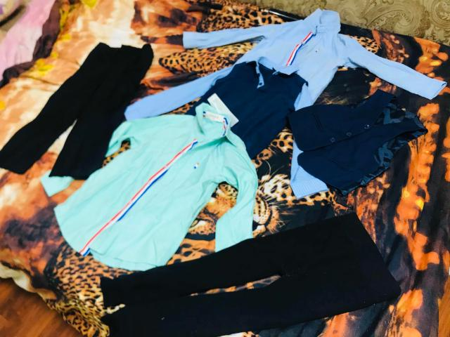 Продаю одежду  для первоклассника, 3 рубашки ( одна совсем новая) брюки чёрные и новые рейтузы. За все 1300.  Возможно обмен