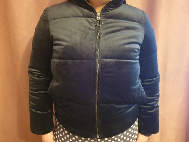 Продаю женскую куртку. Темно зеленый цвет, бархатная. Носила пару недель. Потом стала маленькая. Размер S 44. Покупалась в джинсе за 5 тысяч.