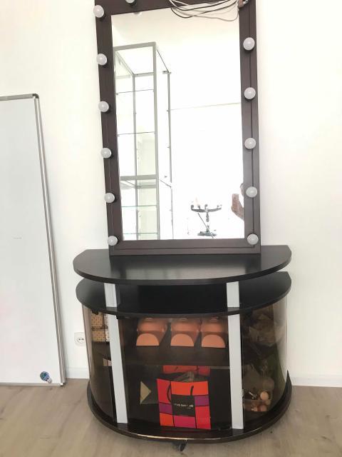 Продаю стол с подстветкой, с полками, можно зеркало отдельно, тубму отдельно под телевизор. Торг возможен