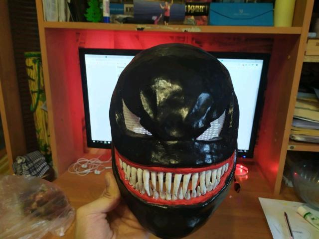 Продаю маску-шлем Венома ручной работы из папье маше, размер довольно большой