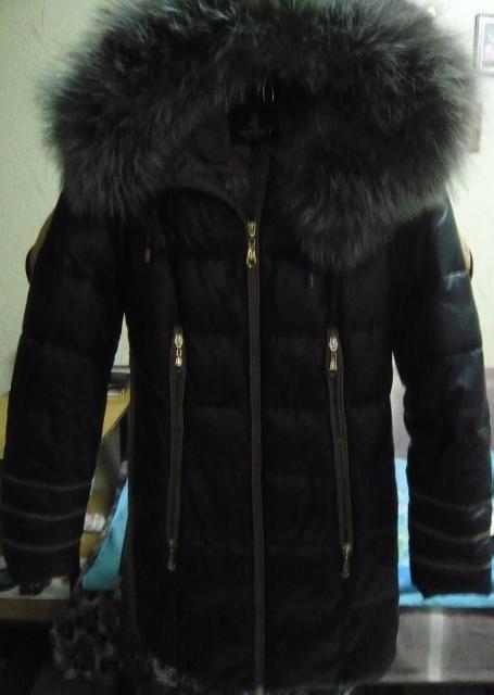 Продаю куртку болоньевую с песцовым воротником 46 размера в хорошем состоянии,практически новая.