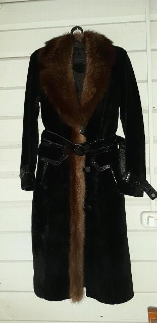 Продаю качественные красивые стильные шубы в отличном состоянии. Цена подарок. Светлая 3тр, черная с капюшоном 4тр, черная 42 размер 10тр