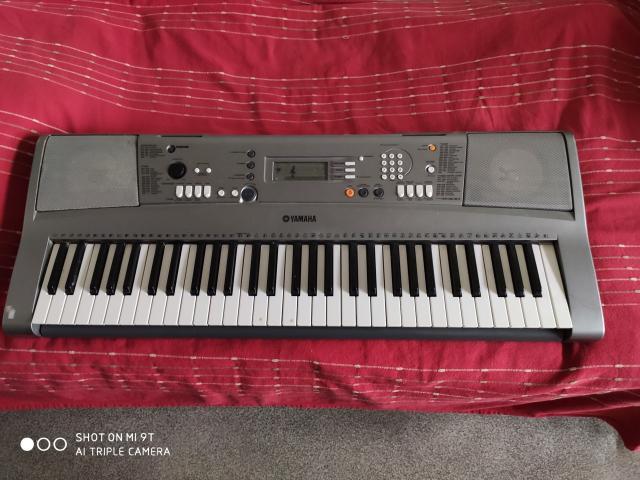 Продаю синтезатор Yamaha psr r-300, состояние хорошее, подставка для нот, документы, песенник, адаптер, все клавиши рабочие.