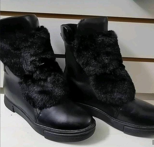 В наличии, ботиночки меховые, качество отличное, чёрные 2тр, синие 1500, размеры 36-37