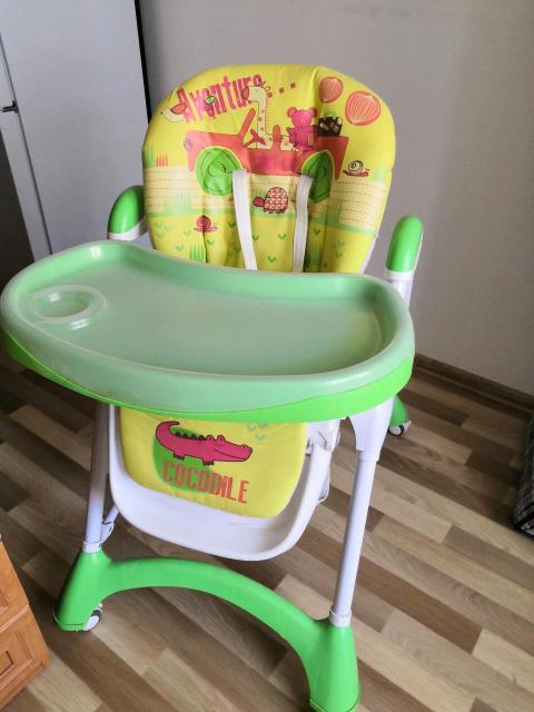 Стульчик имеет три положения спинки, регулируются высота стульчика и ног; ремни безопасности, корзина для игрушек, два съёмных столика, легко передвигается на фиксируюшихся колесиках