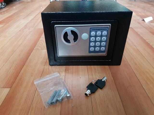 Новый сейф современная защита ваших вещей с цифровым паролем для удобства, сейф имеет прочный корпус металлический идёт с ключами и с паролем который можно поменять, так же можно прикрепить к любой поверхности стены и шкафа