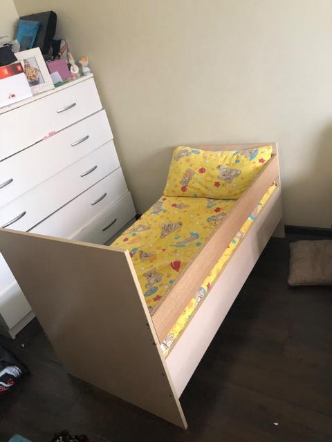 Срочно продаю детскую кровать длина 128 см с матрасом,самовывоз