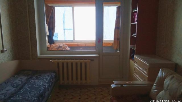 Внимание! Отличная цена! Продаем комнату, площадь 17.7 кв.м., 3 этаж, домофон, солнечная сторона, район ЯГИТИ, дом КПД . Квартира очень теплая, косметический ремонт, стеклопакеты, балкон застеклен и обшит(дерево).В наличии: мебель(диван, буфет, шкаф 2м трехстворчатый), интернет проведен. Сан узел на три комнаты. Плюсы: расположение в центре города а также близ расположены следующие учебные заведения: ЯИПК, ЯГИТИ, ФТЛ. Реальным покупателям торг.