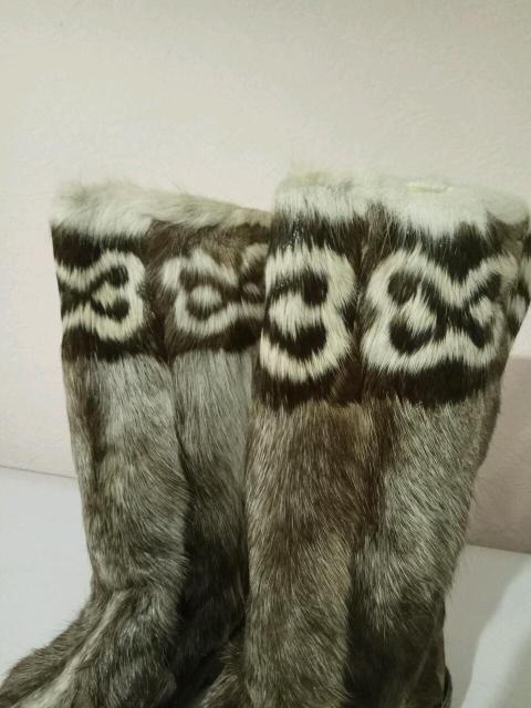 Унты, ручная выделка, билэ орнамент из лапок, северный. Без потертостей, подшит качественным толстым войлоком. На широкие ноги.