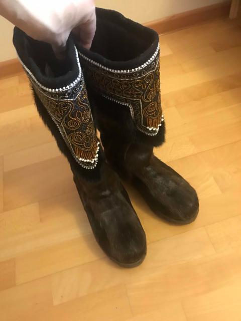 Продаю унты фабрики «Сардаана», размер 38,5, камус -темный, качественный, не крашенный, одевались одну неделю, не подошли по длине и и ширине голенища(на узкую ногу)
